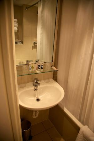 Mercure London Kensington: Renovated bathroom, but smaller that you can imagine.