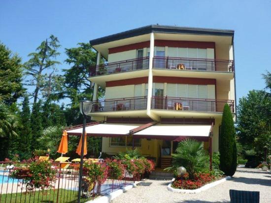 Astoria Lido: Hotel vom See gesehen