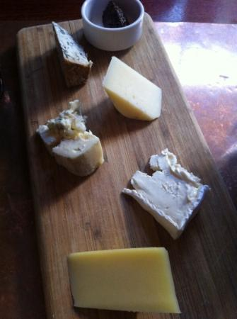 Divino Wine & Cheese Bistro : selection of five cheeses (25$)