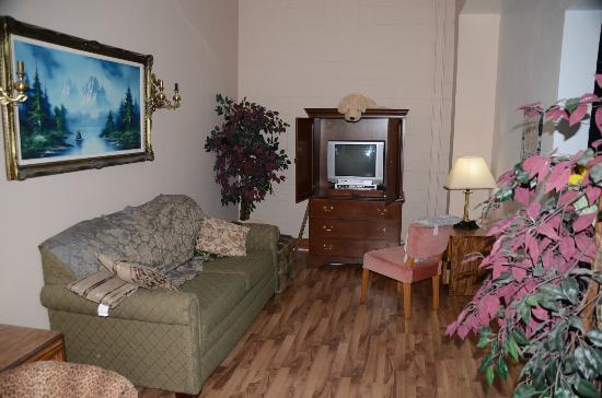 C&N Backpackers Port Hardy: Livingroom: a place to relax and talk with anyone interested in talking or just to relax