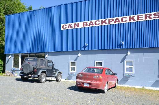 ‪‪C&N Backpackers Port Hardy‬: Front with plenty of parking