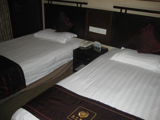 Guan Zhong Hotel Xi'an Nanxin Street: Very, very firm twin beds and odd pillows with rice on one side?