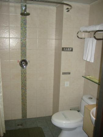 Guan Zhong Hotel Xi'an Nanxin Street: Combination shower which reminds me of something you'd see on a train