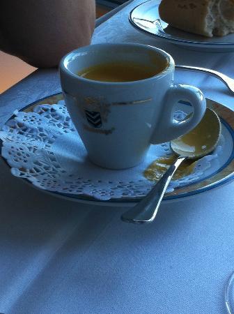 Le Mas d'Artigny & Spa : Amuse bouche dans tasse à café et sous tasse surannée