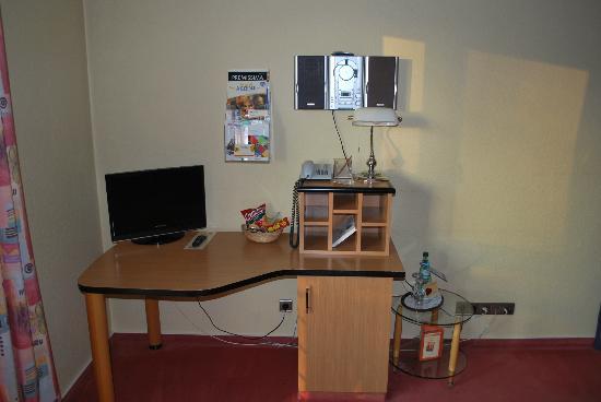 Akzent Hotel Nussknacker: Schreibtisch mit TV