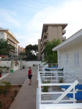 Hotel Ayron Park: The yard with unfinished bungalows
