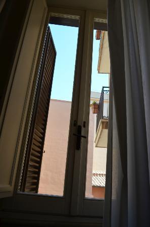 Hotel delle Nazioni: Pretty window facing courtyard