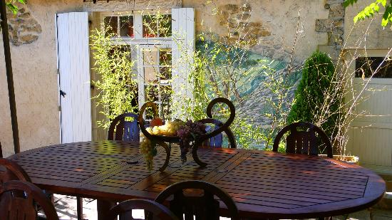 La Campagne St Lazare: detail of the breakfast table