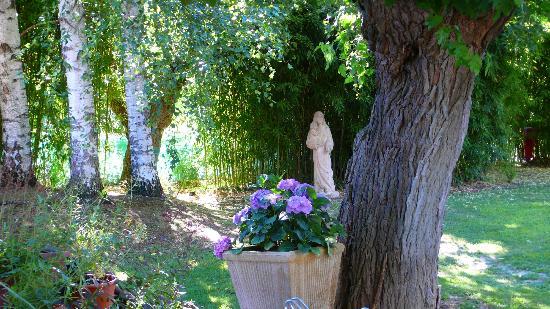 La Campagne St Lazare: statue in the garden