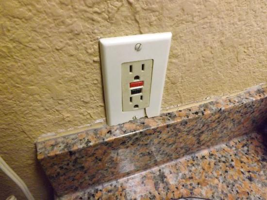Days Inn Corpus Christi Beach: broken outlet