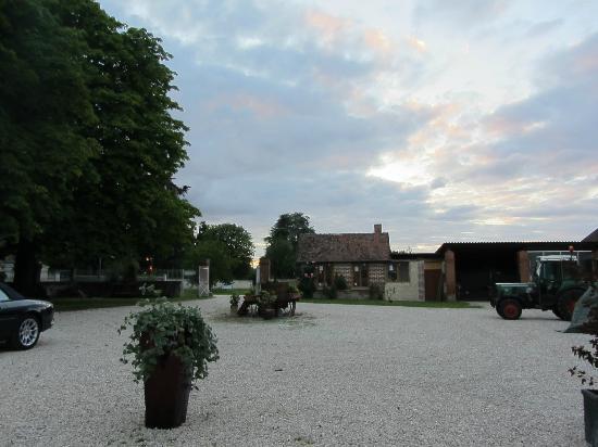 Les Pierres d'Aurele : Der Ausblick beim abendlichen Cremant im Hof