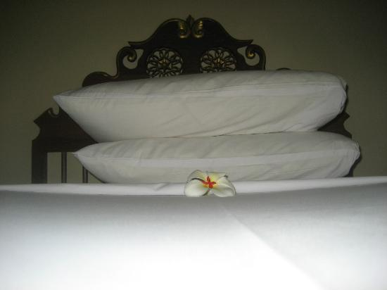 Hotel Santika Premiere Beach Resort Bali: Hotel Bed with the traditional flower from Bali