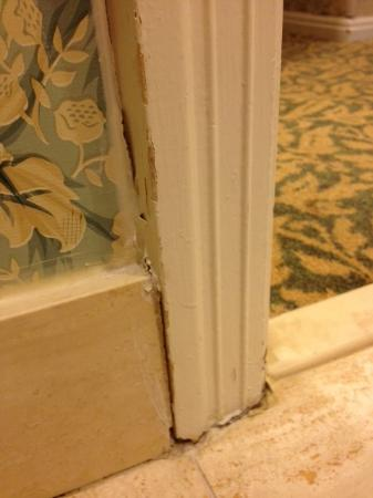 Disney's Grand Floridian Resort & Spa: Bathroom door trim with cracked and dirty caulk and