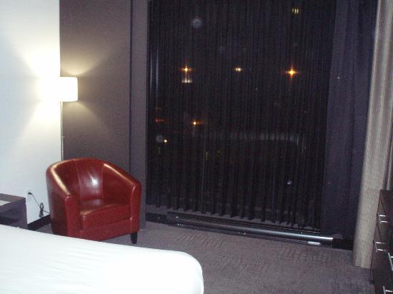 Grand Times Hotel Sherbrooke: Coin de lecture avec grande fenêtre