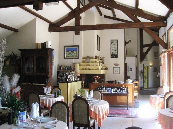 Hotel Le Vieil Amandier : Salle à manger avec feu ouvert derrière le bar