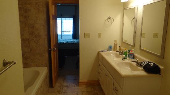 Village Nest Condominiums : Master Bath