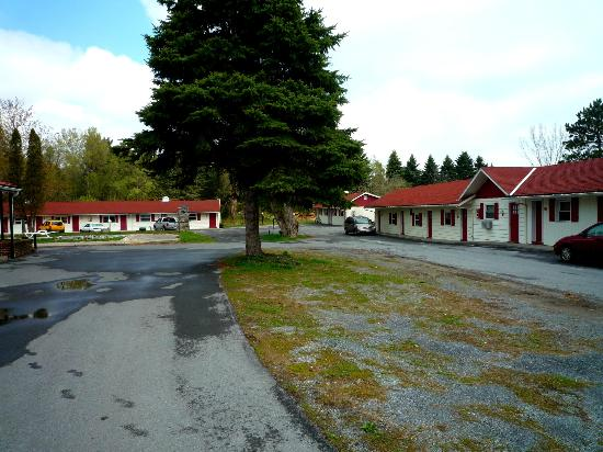 Davidson's Motel: Coming onto the grounds