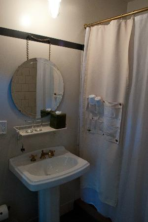 Ace Hotel New York: The bathroom, with (large) shower only.