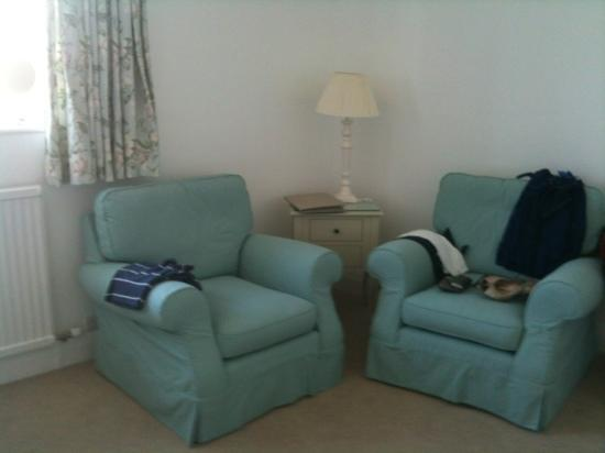 The Old Stables Bed and Breakfast: Laura Ashley esque armchairs in twin room