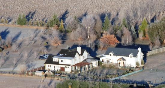Queenstown Country Lodge: Our ballon flight went right over QCL!