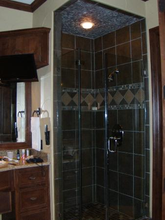 Rough Creek Lodge: Shower in a regular room - there's also a tub