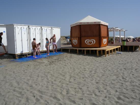Hotel Portogreco: Spiaggia: docce e gazebo gelati (chiuso)
