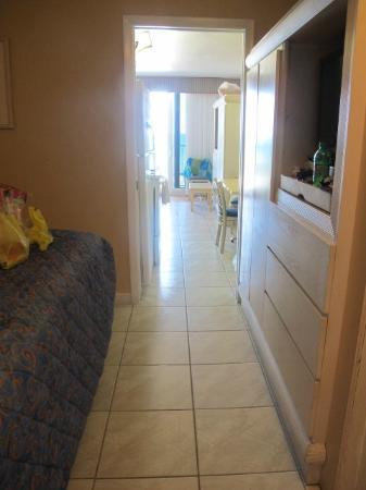 Harbour Beach Resort: Leads into hallway kitchen area