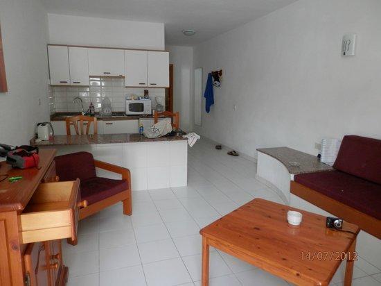 Arena Dorada Apartments: kitchen area