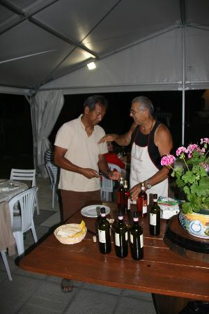 Borgo Caiano Residence and B&B: Roberto telling Danny how to cook a perfect Bistecca