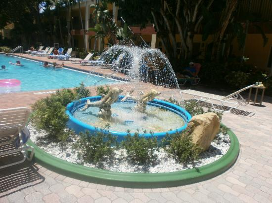 Wyndham Sea Gardens: Dolphin fountain