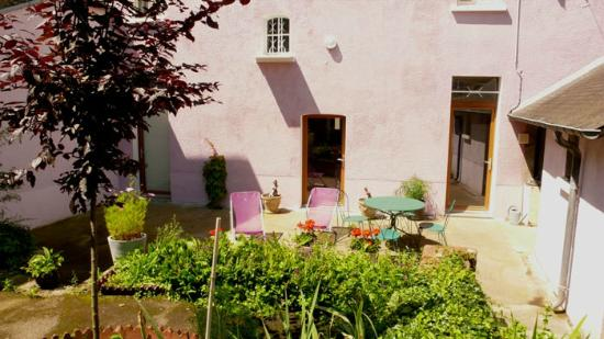 Villa Mons: Garden & back side