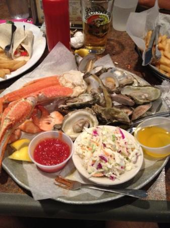 Oyster Pub: The steamed sampler....it is delicious!