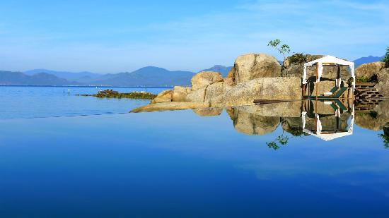 An Lam Ninh Van Bay Villas: Morning view of the infinity pool