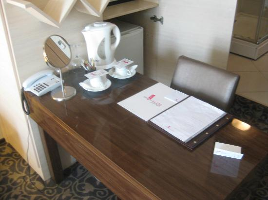 Suite Home Osmanbey Hotel: desk