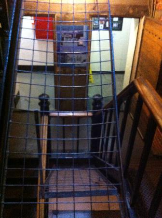 HI Ottawa Jail Hostel: Escalier intérieur