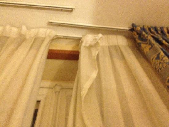 TRYP Paris Opera Hotel: awful curtain