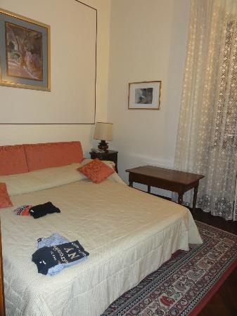 Hotel Bosone Palace: Sala de tv da suite junior, arrumada para 2 pessoas dormirem