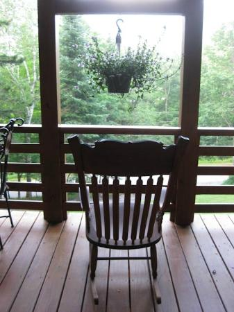 Great Gully Lodge: Rocking chair on balcony off dining room