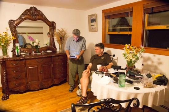 Great Gully Lodge : Adams Suite has a table and dresser