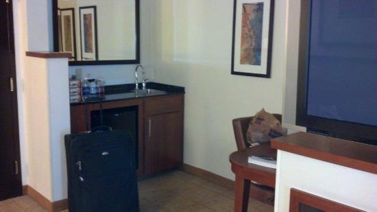 Hyatt Place Nashville/Opryland: kitchenette, frig and desk area