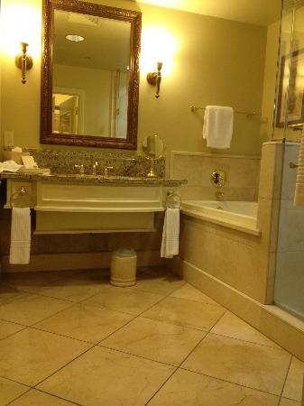 The Carlton Hotel : Spacious grand bathroom