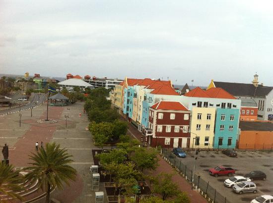 Otrobanda Hotel and Casino: Vista da praça! Aquele estacionamento é gratuito para hóspedes do hotel.