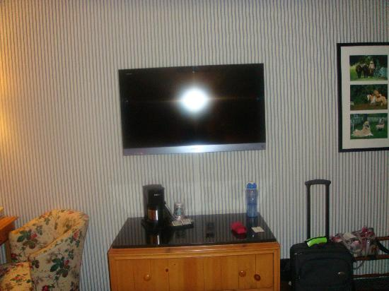 Woodlands Hotel & Suites - Colonial Williamsburg: TV