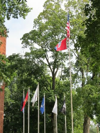 Rhea County Courthouse: Flags flying out front