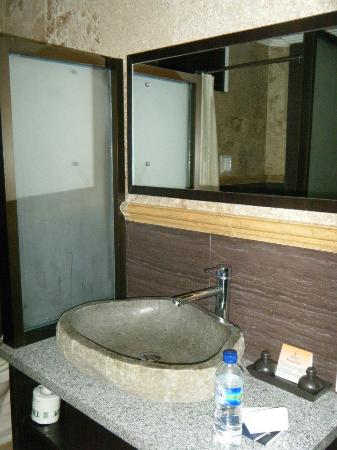 Satriya Cottages: Superior Bathroom
