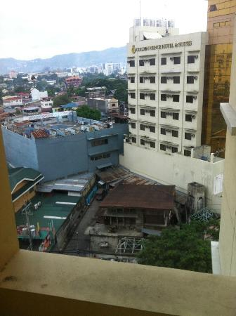 Hotel Elizabeth Cebu: View from looking out, i liked it, remember in the city