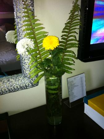 Hotel Elizabeth Cebu: fresh flowers that right!!