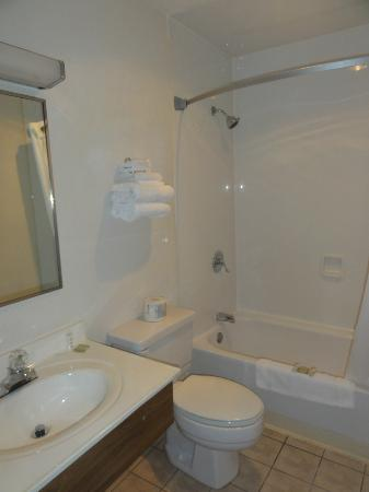 Super 8 Portland/Westbrook Area: Bathroom