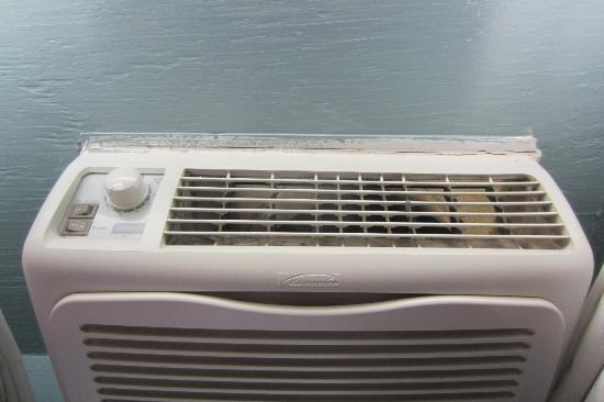 Lakeside Inn: air-conditioner