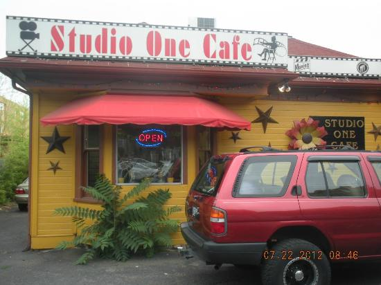 Studio One Cafe: Exterior sign
